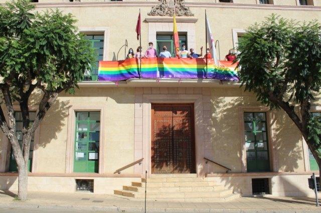 Colocan la bandera LGTBI en la fachada consistorial para visibilizar la defensa de los derechos de este colectivo ciudadano con motivo del Día Internacional del Orgullo - 4, Foto 4