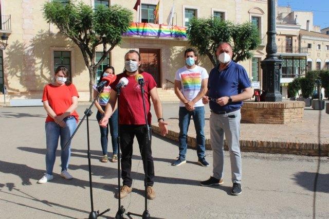 Colocan la bandera LGTBI en la fachada consistorial para visibilizar la defensa de los derechos de este colectivo ciudadano con motivo del Día Internacional del Orgullo - 5, Foto 5