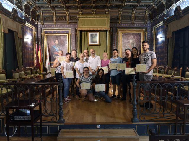 Los alumnos del 'taller de escrituras históricas' reciben sus diplomas de participación, Foto 1