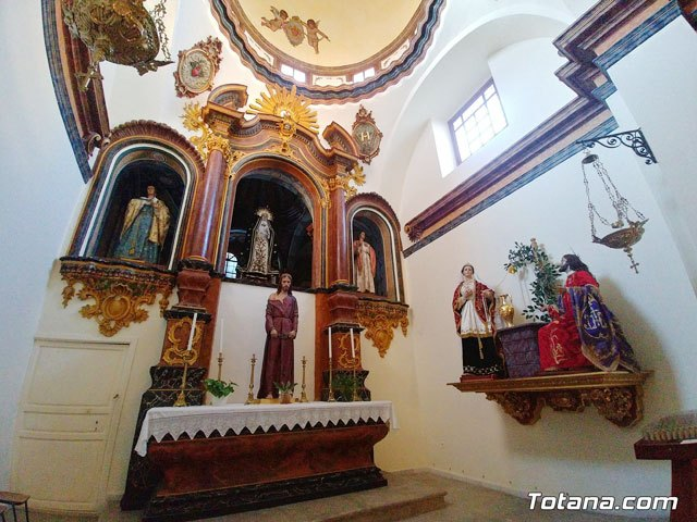 The sculptural group of Jesus and the Samaritan woman is exposed in the chapel of Los Dolores of the Church of Santiago