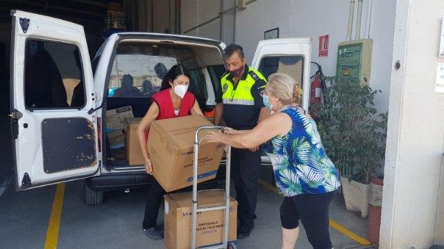 La Delegación del Gobierno entrega 8.000 mascarillas para repartir a los colectivos más vulnerables y personal de servicios esenciales - 1, Foto 1