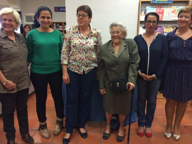 The Department of Culture performs a tribute to the first librarian and two older users, Foto 3