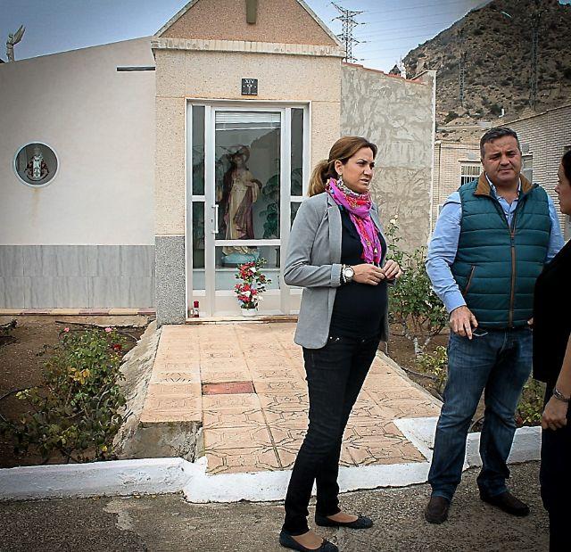 Alcaldesa y Concejal encargado visitan las obras de arreglo y adecentamiento que se realizan en el cementerio municipal - 1, Foto 1
