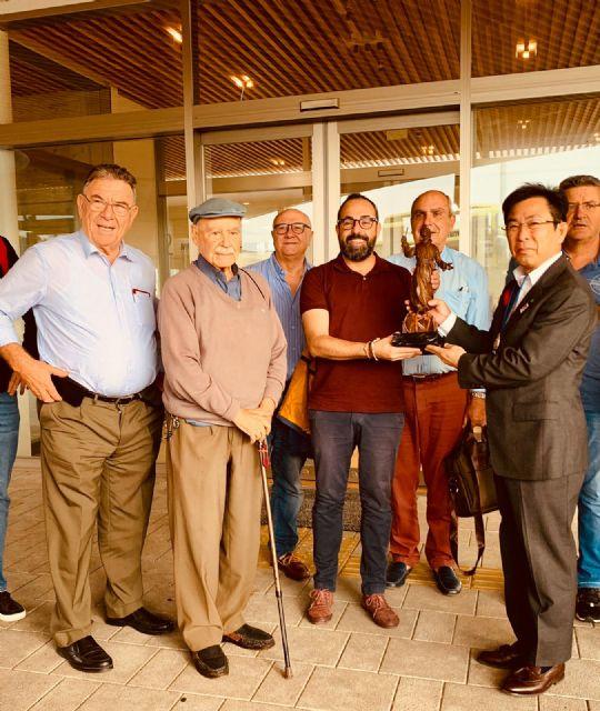 El concejal de Cultura, David Martínez entrega a las autoridades de Taketa, en Japón, una talla de San Francisco Javier, obra de Juan José Quirós - 1, Foto 1