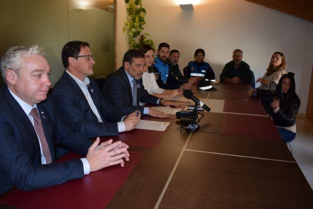La Jefatura Provincial de Tráfico y Mazarrón firman un acuerdo pionero en la Región de Murcia para fomentar los desplazamientos activos y sostenibles entre los escolares - 1, Foto 1