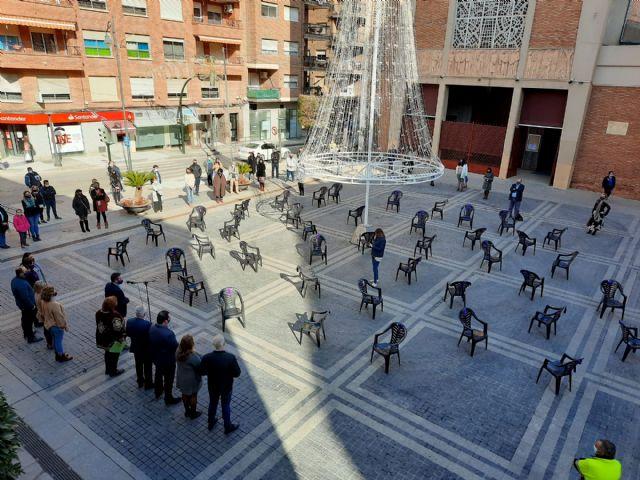 Alcantarilla muestra su rechazo a la violencia de género con 41 sillas que simbolizan a las víctimas mortales - 1, Foto 1