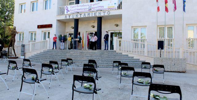 Lorquí recuerda con 41 sillas vacías a las víctimas mortales de violencia de genero de 2020 - 1, Foto 1