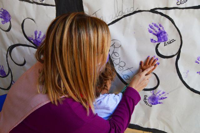Las escuelas infantiles conmemoran el 25N con un árbol pintado a mano por los niños - 1, Foto 1