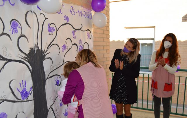 Las escuelas infantiles conmemoran el 25N con un árbol pintado a mano por los niños - 2, Foto 2