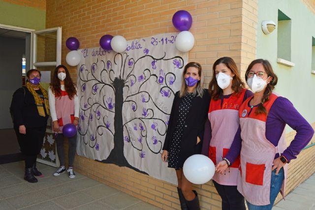 Las escuelas infantiles conmemoran el 25N con un árbol pintado a mano por los niños - 3, Foto 3