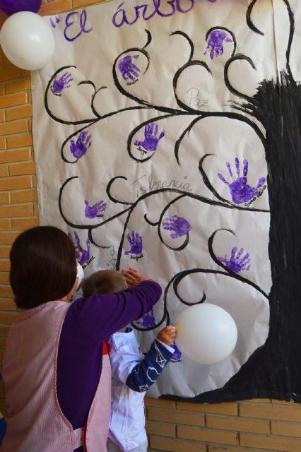 Las escuelas infantiles conmemoran el 25N con un árbol pintado a mano por los niños - 4, Foto 4