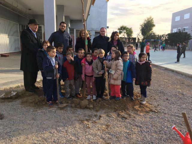 Alumnos del colegio Isabel Bellvís de Corvera plantan 30 moreras con motivo del día Mundial de la No Violencia y la Paz - 1, Foto 1