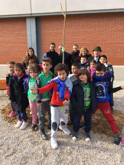 Alumnos del colegio Isabel Bellvís de Corvera plantan 30 moreras con motivo del día Mundial de la No Violencia y la Paz - 2, Foto 2