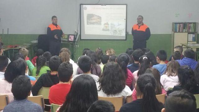 Protección Civil enseña a los escolares de los centros de enseñanza de Totana sobre cómo actuar en caso de terremoto