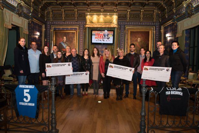 La Asociación Femenina de Balonmano Villa de Mazarrón dona 5.600 euros a otras asociaciones del municipio, Foto 1