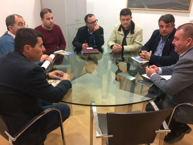 El alcalde mantiene una reunión institucional con la Junta Directiva del Ilustre Cabildo Superior de Procesiones