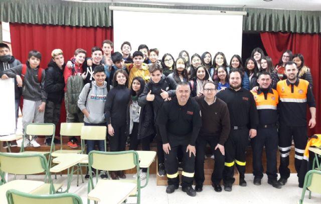 Voluntarios de Protección Civil imparten charlas informativas sobre primeros auxilios y simulacros de incendio y terremoto en los centros educativos