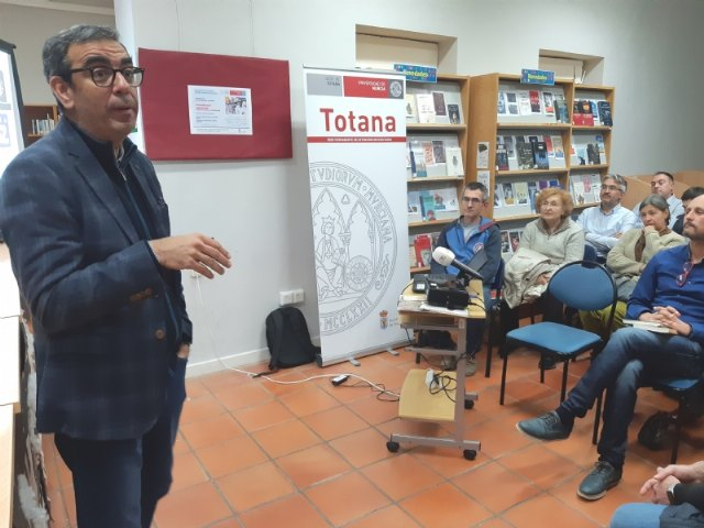 Public success at the conference-colloquium organized by the Permanent Headquarters of Extension of the UMU, given by Professor Manuel López Nicolás