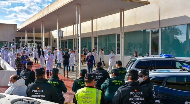 Miembros de la Guardia Civil, Policía Local y sanitarios se tributan un emocionante homenaje en las puertas del Centro de Salud - 1, Foto 1