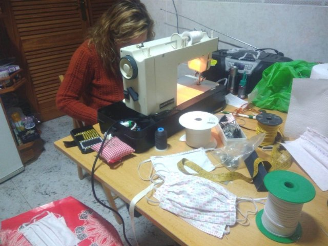 More than 80 seamstresses participate in the manufacture of masks and sanitary gowns