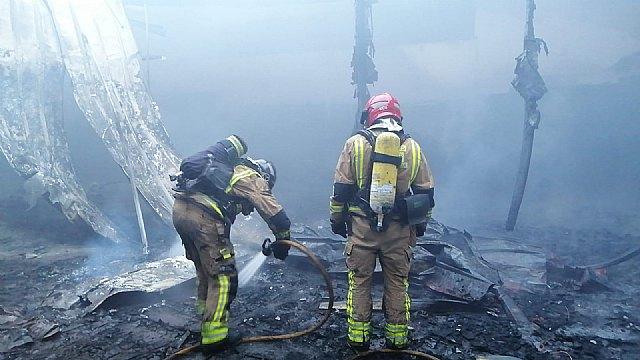 Bomberos controlan un incendio de una empresa de semilleros en Totana