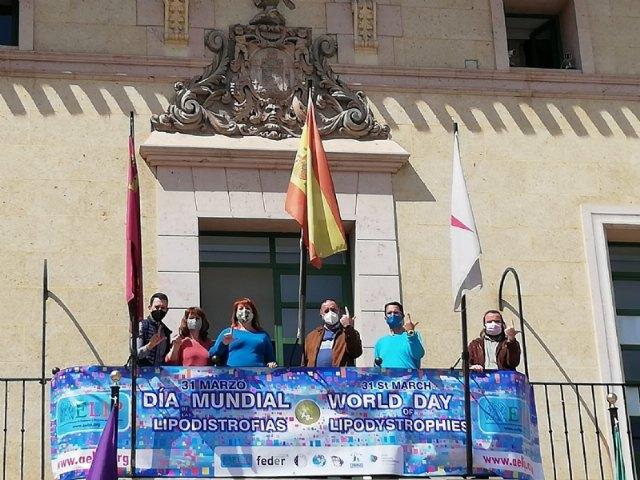 Totana se suma al Manifiesto del Día Mundial de las Lipodistrofias colocando una pancarta conmemorativa e iluminando de azul turquesa la fachada consistorial - 1, Foto 1
