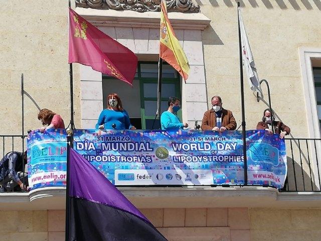 Totana se suma al Manifiesto del Día Mundial de las Lipodistrofias colocando una pancarta conmemorativa e iluminando de azul turquesa la fachada consistorial - 2, Foto 2