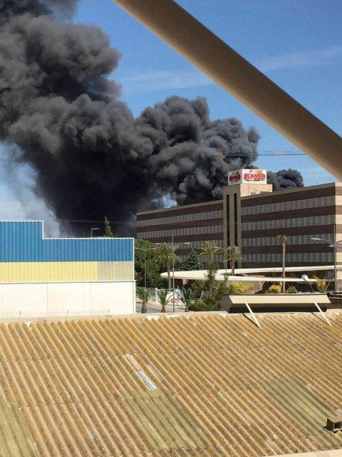Servicios de emergencia acuden a sofocar un incendio declarado en las instalaciones de la empresa ElPozo, en Alhama de Murcia, Foto 2