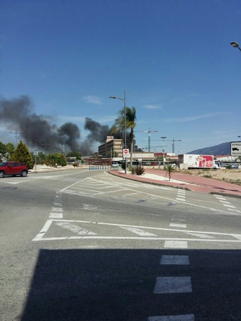 Servicios de emergencia acuden a sofocar un incendio declarado en las instalaciones de la empresa ElPozo, en Alhama de Murcia, Foto 3