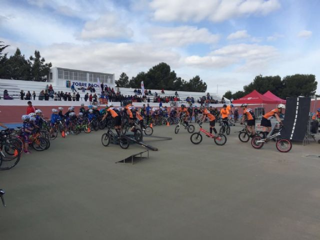 Éxito de participación en la presentación de las Escuelas de Ciclismo de Carretera en el Velódromo de Torre-Pacheco - 3, Foto 3