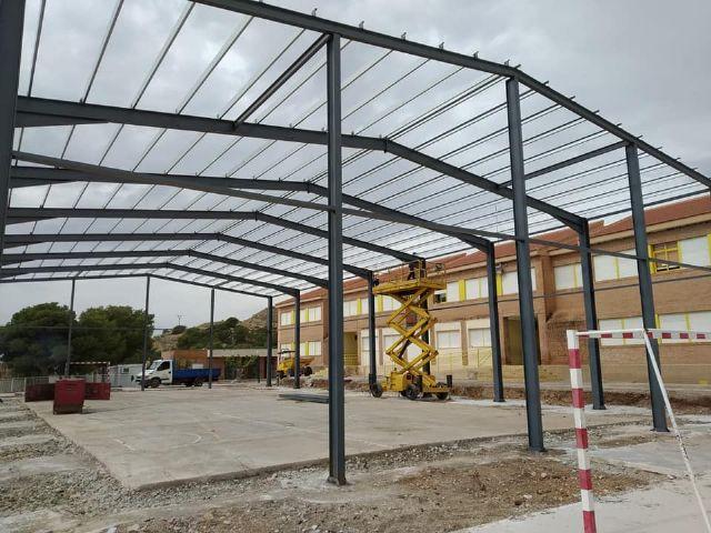 Se levanta la estructura de las obras de cubrimiento de la pista polideportiva del CEIP