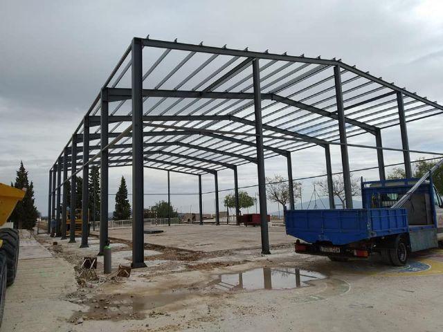 Se levanta la estructura de las obras de cubrimiento de la pista polideportiva del CEIP San Jos�, Foto 2