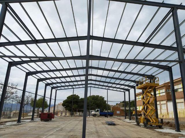 Se levanta la estructura de las obras de cubrimiento de la pista polideportiva del CEIP San Jos�, Foto 4