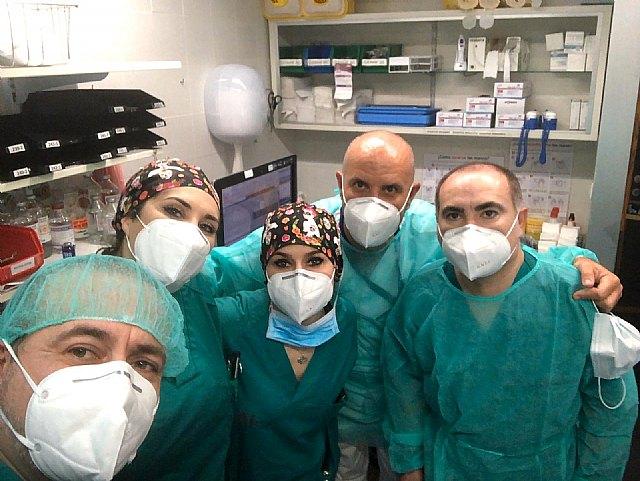 Professionals from the Virgen de la Arrixaca Hospital thank Hdad. inside. Father Jesús de Totana donating medical supplies