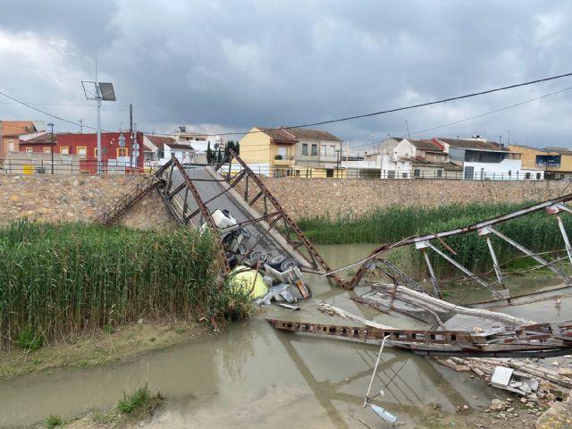 El PP exige al tripartito, que después de 29 días de inacción, retire la hormigonera desplomada del puente de El Raal - 2, Foto 2