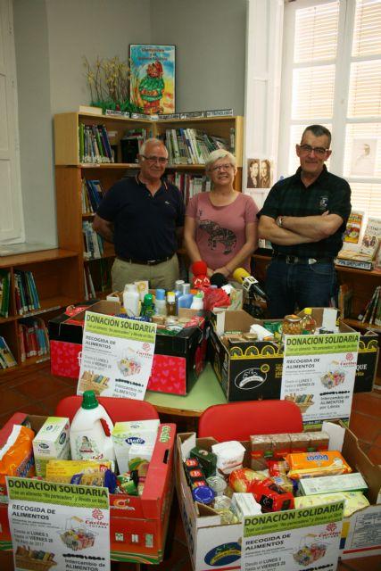 """Se hace entrega de los alimentos recogidos en la campaña solidaria promovida por la Biblioteca Municipal """"Mateo García"""""""