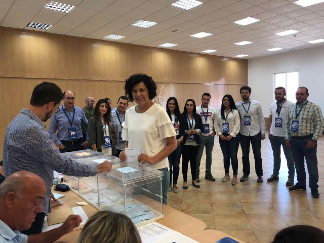 La alcaldesa y candidata a la reelección del PP de Puerto Lumbreras ejerce su derecho al voto - 1, Foto 1