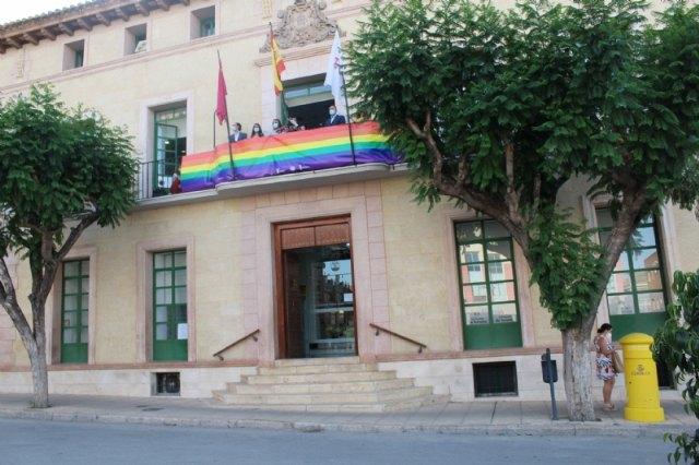 El Ayuntamiento coloca una pancarta conmemorativa con los colores arcoíris en el balcón de la fachada principal por el Día del Orgullo 2020 - 2, Foto 2