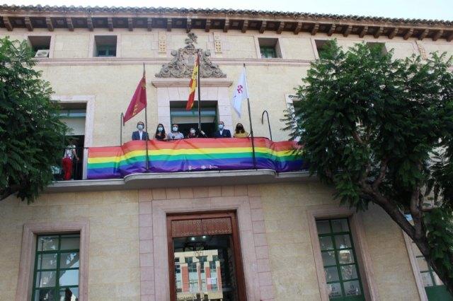 El Ayuntamiento coloca una pancarta conmemorativa con los colores arcoíris en el balcón de la fachada principal por el Día del Orgullo 2020 - 3, Foto 3