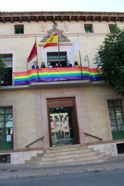 El Ayuntamiento coloca una pancarta conmemorativa con los colores arcoíris en el balcón de la fachada principal por el Día del Orgullo 2020 - 4, Foto 4