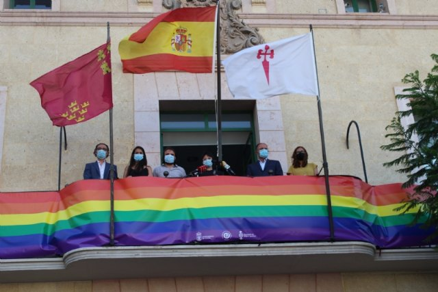 El Ayuntamiento coloca una pancarta conmemorativa con los colores arcoíris en el balcón de la fachada principal por el Día del Orgullo