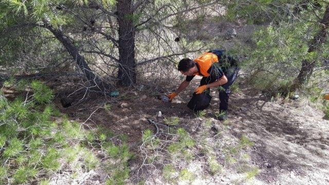 Protección Civil realiza una acción altruista de limpieza en la carretera de La Santa