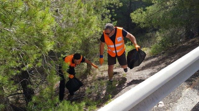 Protección Civil realiza una acción altruista de limpieza en la carretera de La Santa - 2, Foto 2