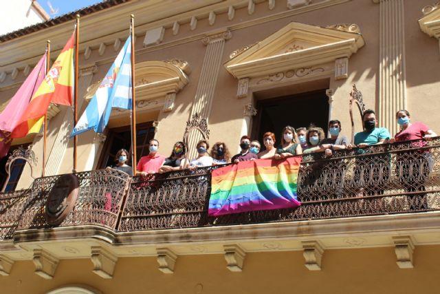 Jumilla conmemora por sexto año el Día de Orgullo LGTBI+ con la colocación de la bandera arcoíris en el balcón del Ayuntamiento - 1, Foto 1