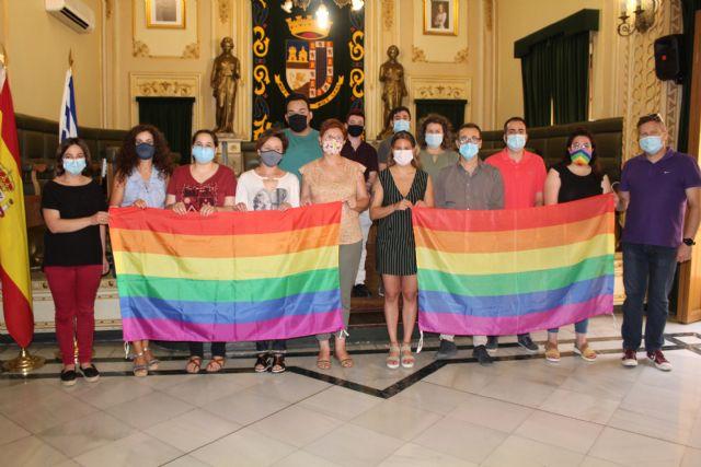 Jumilla conmemora por sexto año el Día de Orgullo LGTBI+ con la colocación de la bandera arcoíris en el balcón del Ayuntamiento - 2, Foto 2