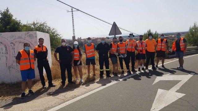 Protecci�n Civil realiza una acci�n altruista de limpieza en la carretera de La Santa, Foto 6