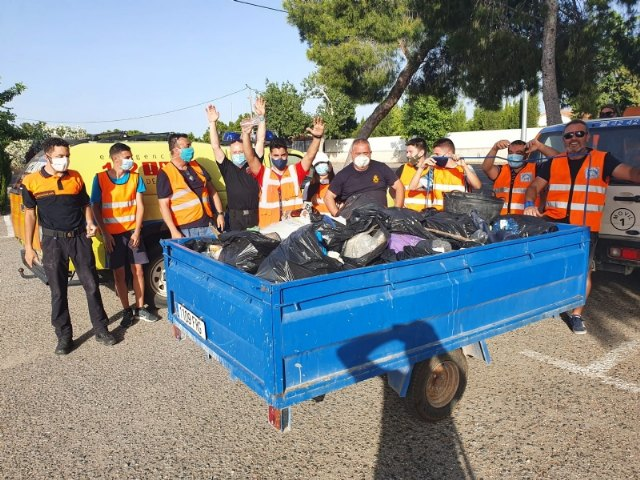 Protecci�n Civil realiza una acci�n altruista de limpieza en la carretera de La Santa, Foto 7