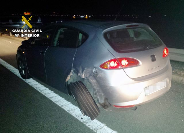 The Civil Guard arrested a drunk driver who fled after colliding with another vehicle