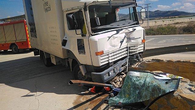 Rescatado y trasladado al hospital el conductor de un camión accidentado en Alhama de Murcia, Foto 1