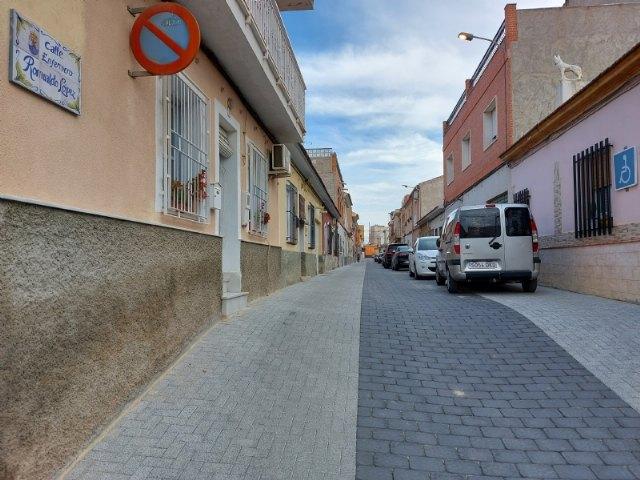 Finalizan las obras de renovación de servicios y adoquinado mediante plataforma única en la calle Romualdo López Cánovas